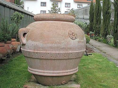Terracotta bei Blumen Gütlich